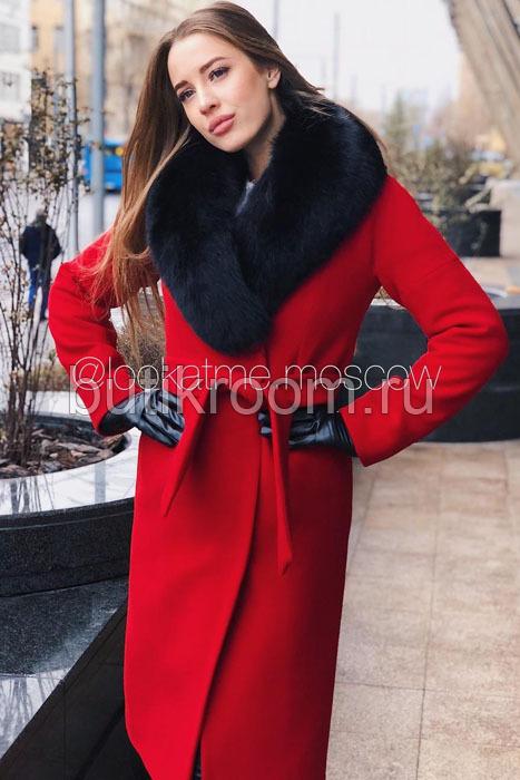 Теплое зимнее пальто с песцом красное