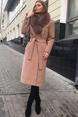 Модное зимнее пальто с меховым воротником