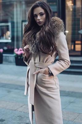 Пальто с мехом енота зимнее бежевое
