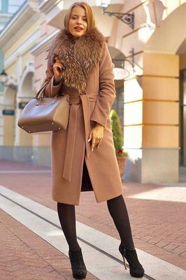 Модное пальто с меховым воротником енота