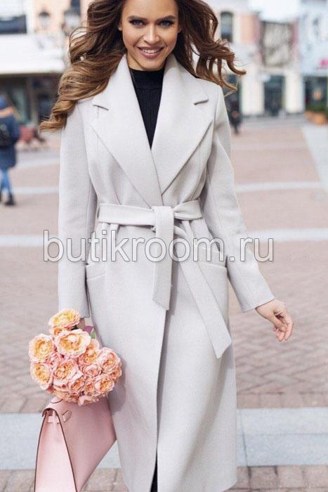 Пальто с поясом на талии и большим воротником серое