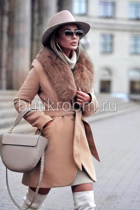 Короткое пальто с мехом песца бежевое