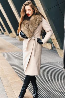 Женское пальто с меховым воротником из енота